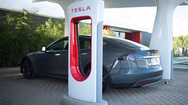 Ein Tesla Model S tankt an einem Supercharger