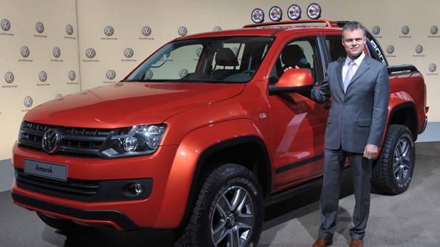VW-Manager Wolfgang Schreiber steht neben einem VW Amarok