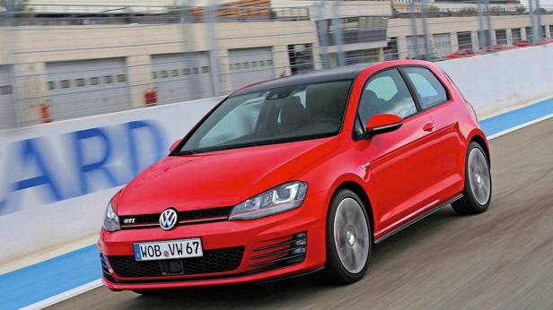 Der VW Golf GTI rot Frontal