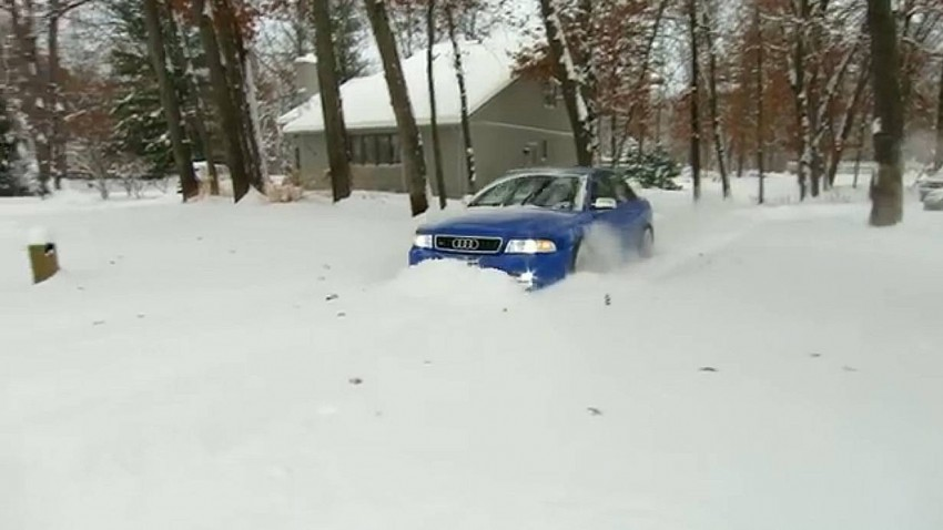 Audi S4 wühlt sich durch den Schnee