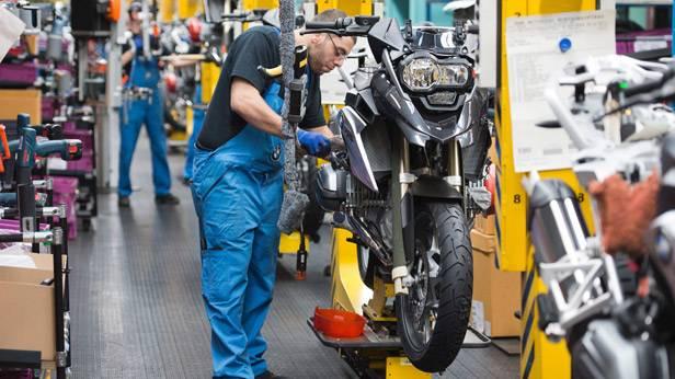 Ein Techniker von BMW bei der Anfertigung eines Motorrades