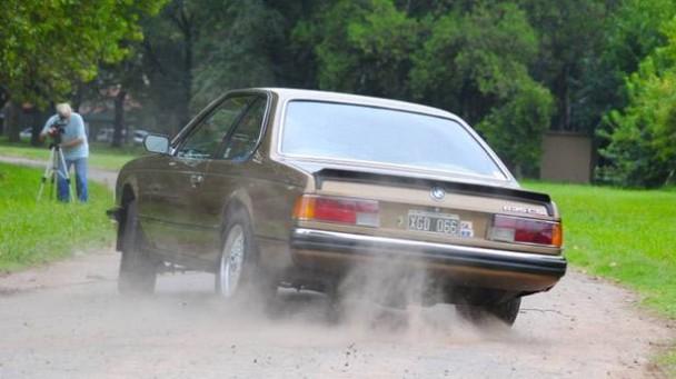 Ein BMW 635, die Reifen qualmen