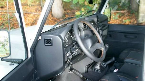 _Land-Rover-Defender-LXV-innen-fahrerseite