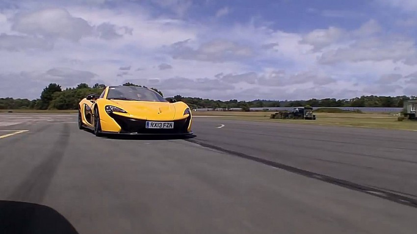 Ein gelber McLaren P1 fährt über die Rennstrecke.