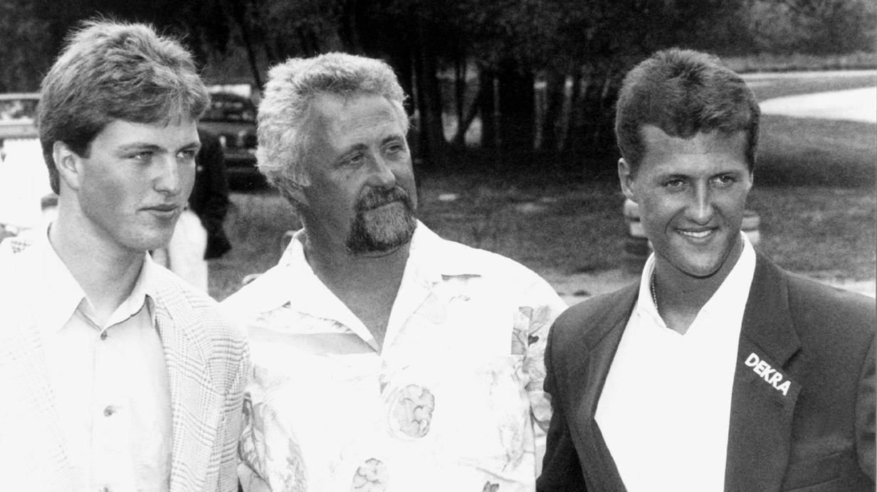 Michael Schumacher (r.), sein Bruder Ralf (l.) und ihr Vater Rolf Schumacher (Mitte), aufgenommen am 19. Juli 1993 in Kerpen, Deutschland. Bild: (c) Michael Jung / EPA / picturedesk.com