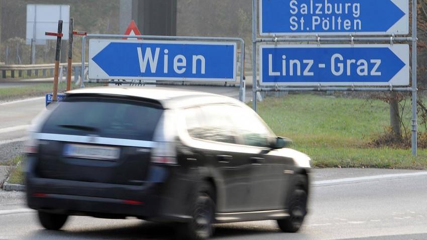 Ein Auto auf der Autobahn