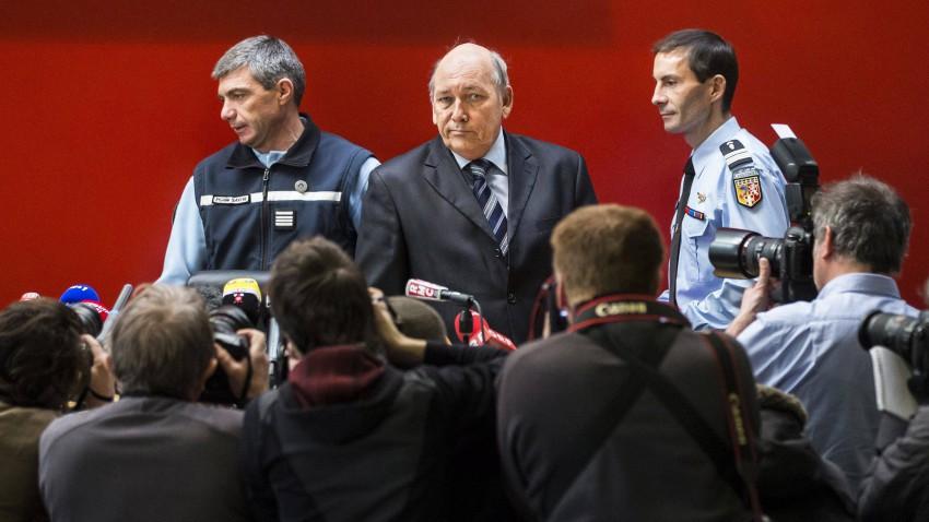 Patrick Quincy und weitere Ermittler treffen bei der Pressekonferenz ein