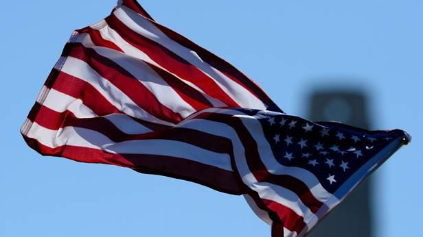 USA-Fahne weht im Wind
