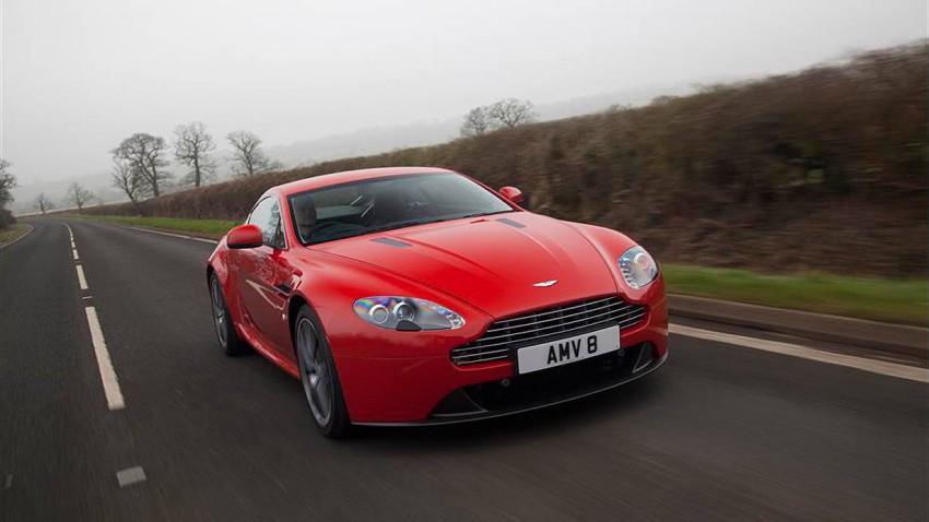 Aston Martin Vantage dynamisch rot vorne links
