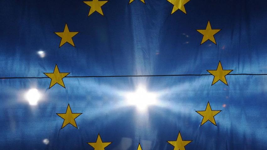EU-Fahne, dahinter Scheinwerfer