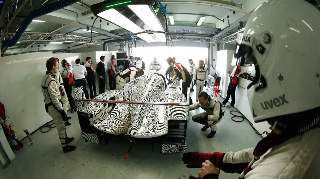_Porsche-919-Hybrid-Tests-in-Bahrain-garage2