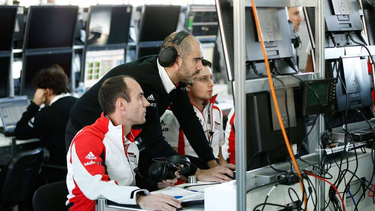 _Porsche-919-Hybrid-Tests-in-Bahrain-team