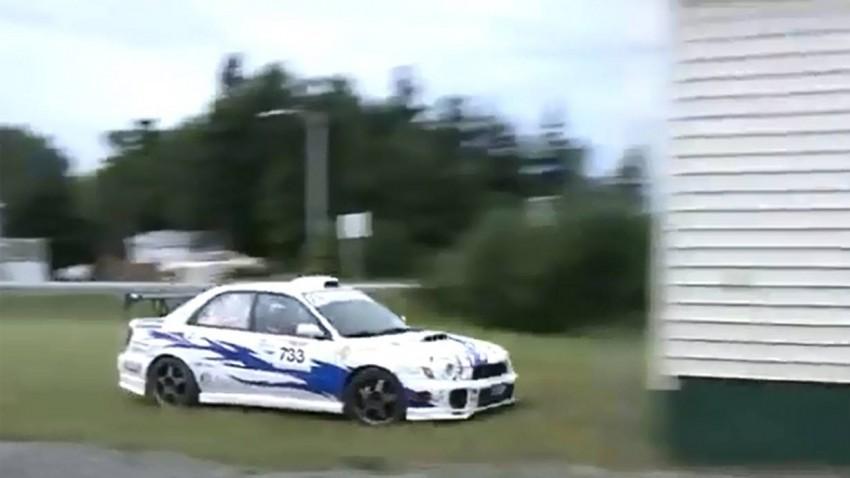 Subaru WRX STi crasht in ein Haus