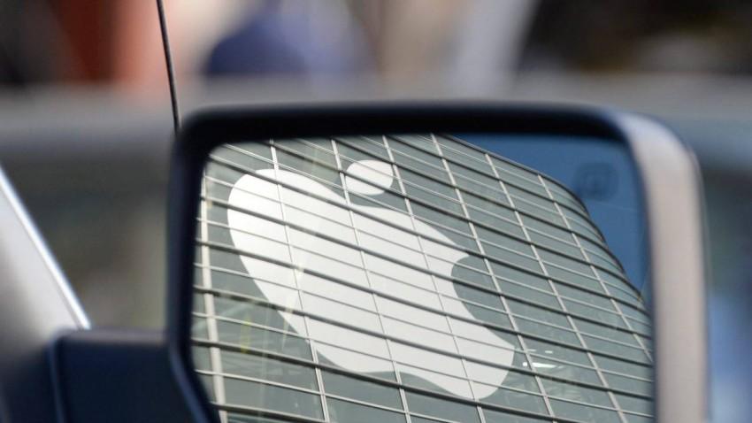 Das Apple-Logo im Seitenspiegel