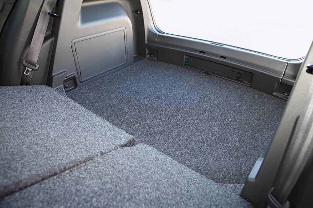 Tiefer Kofferraum, aber hohe Kanten – sagenhaft, darunter hat auch noch ein vollwertiges Reserverad Platz.