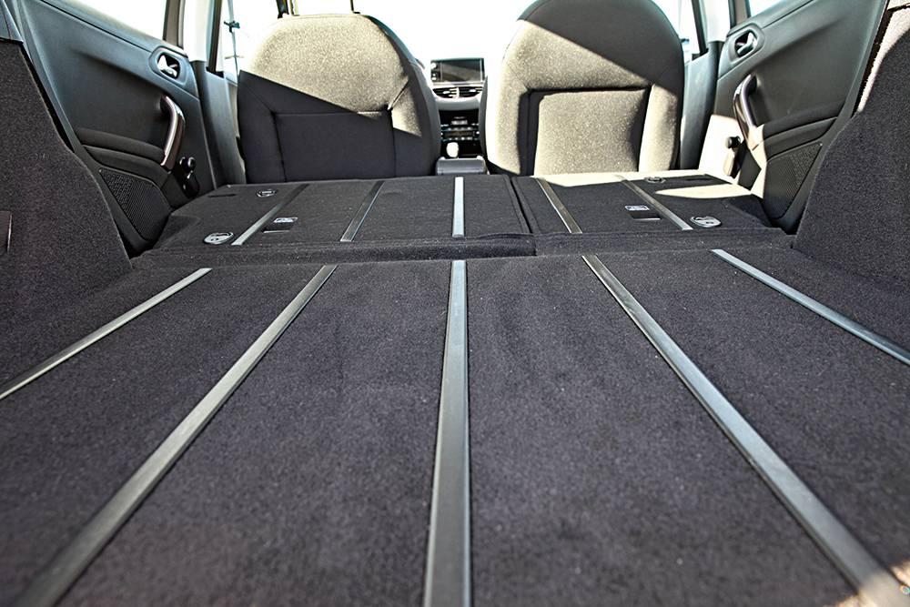 So ist's richtig: Ebener Kofferraumboden mit Gleitschienen im Peugeot 2008.