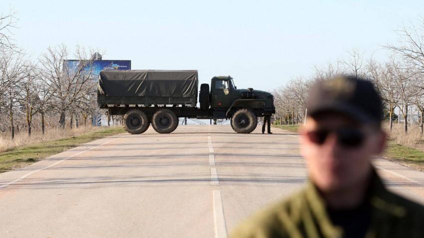 Eine Straßenblockade vor dem Militärflughafen in Sevastopol (Ukraine).