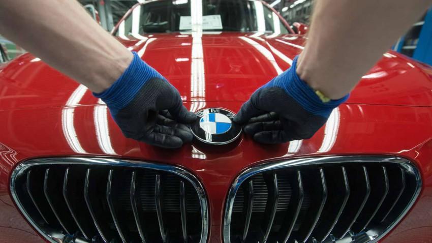 Montage eines BMW-Logos