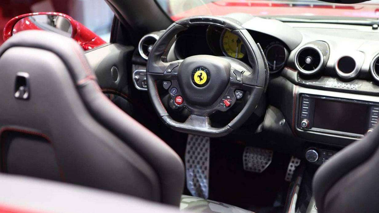 _Ferrari-California-T-innen