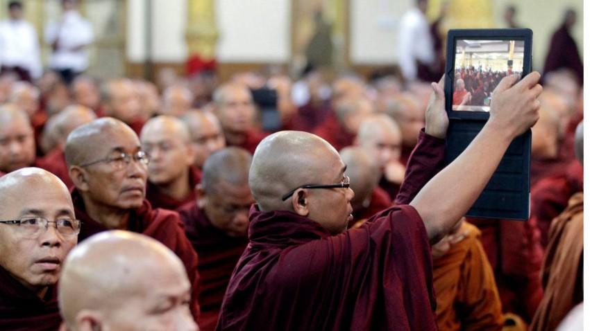 Ein buddistischer Mönch mit iPad