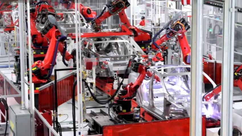 Video: Roboter bei der Arbeit - so entsteht ein Tesla Model S
