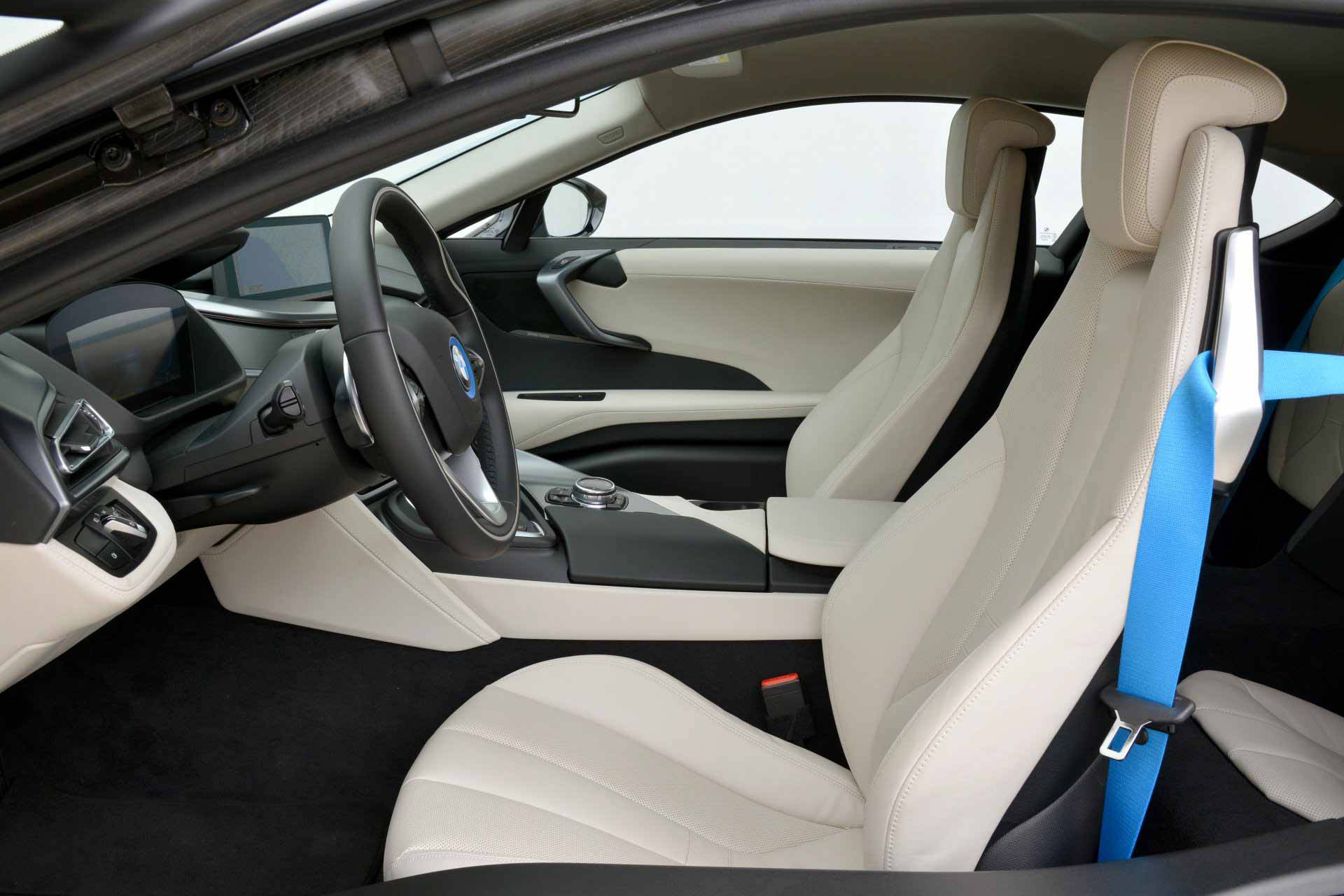 _BMW-i8-fahrersitz