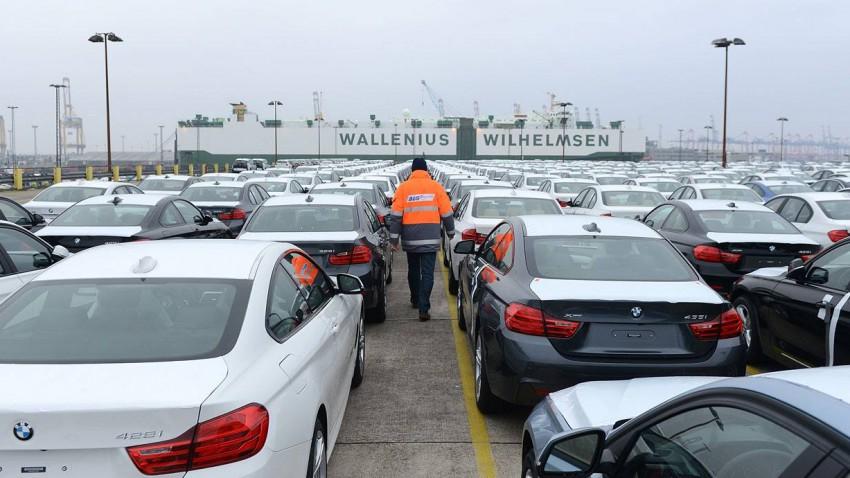 Neuwagen von BMW beim verladen in Bremerhaven.