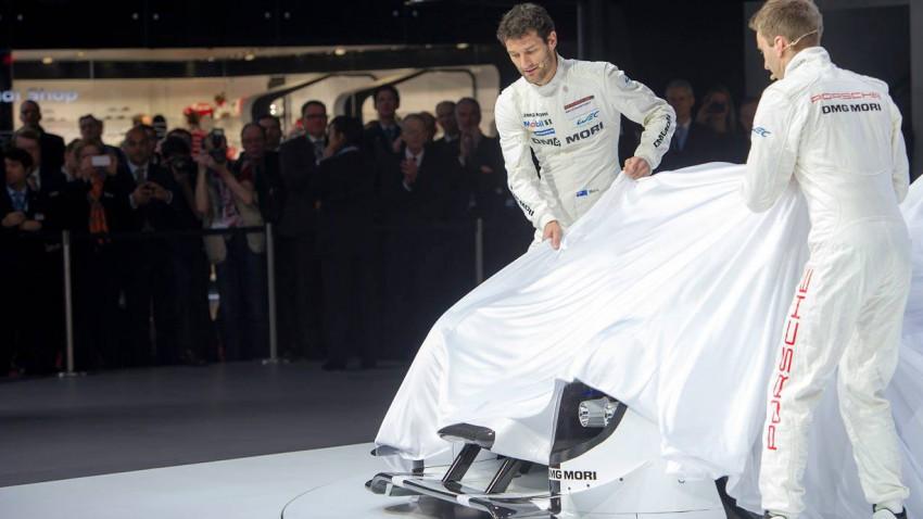 Mark Webber bei der präsentation des neuen Porsche Hybrid 919