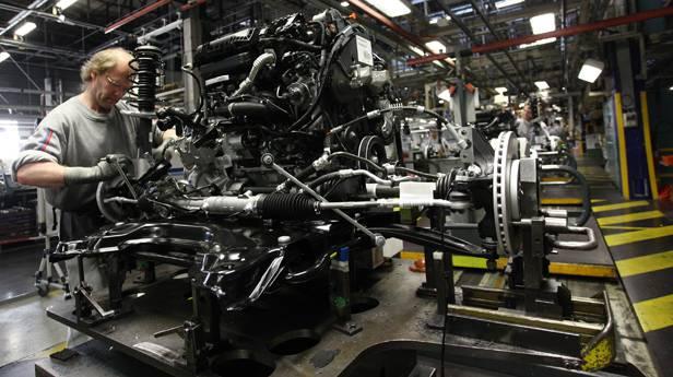 Der Motor eines Peugeot 2008 SUV wird angefertigt.