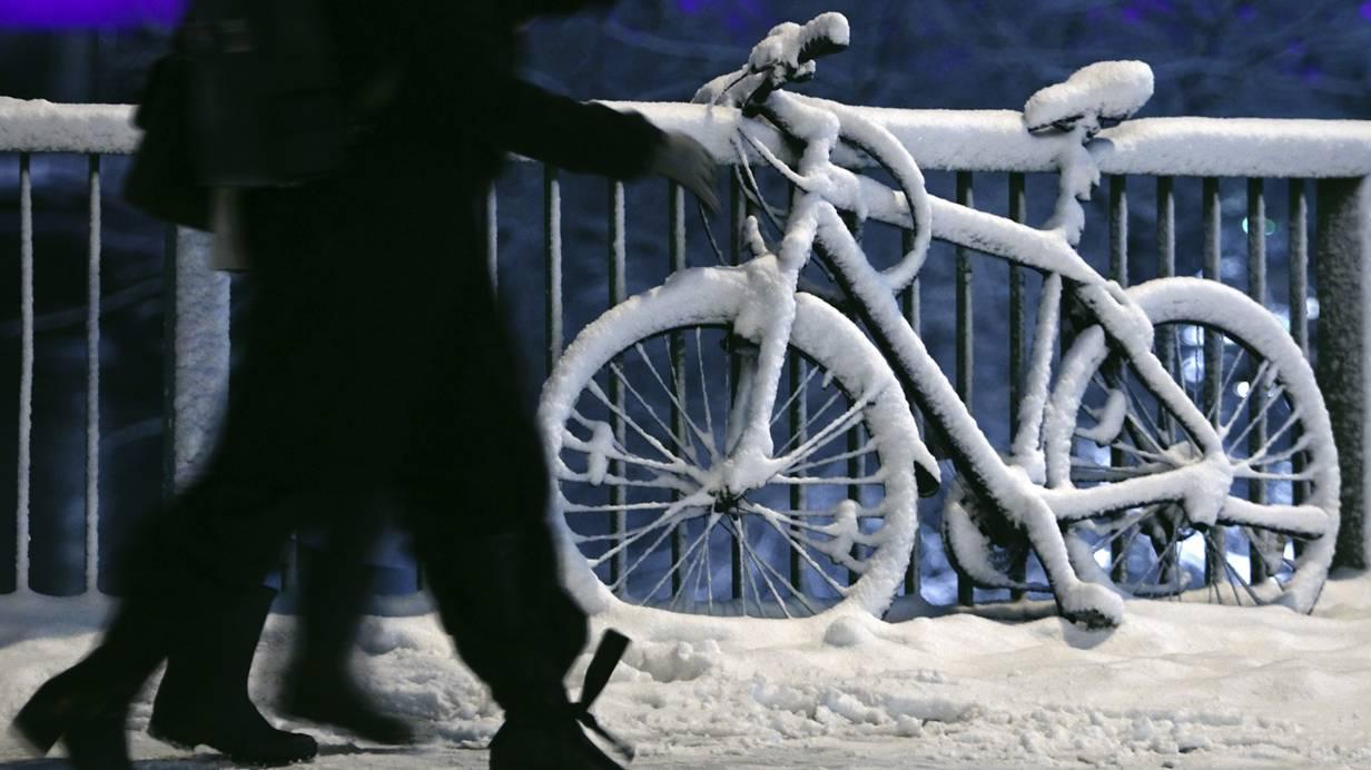 Im Winter könnten die Radwege ja zu normalen Straßen für Autos werden.  Foto: Reuters/Heinz-Peter Bader