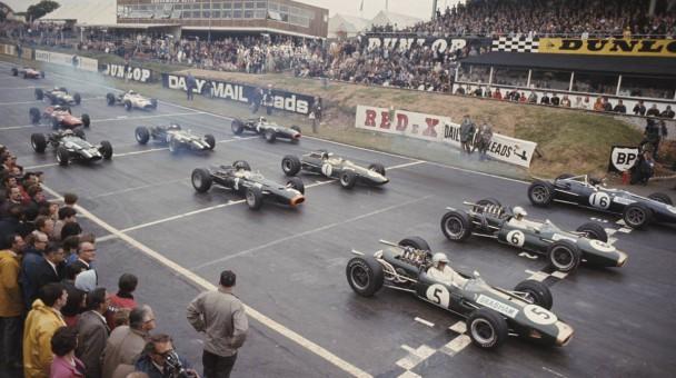 Jack Brabham mit der Nummer 5 im Brabham BT19 Repco 3.0 V8