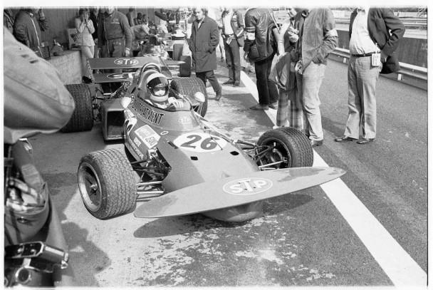 Niki Lauda während seines ersten Formel-1-Rennens, am 15. August 1971, auf dem Österreichring bei Zeltweg. Mit Helmut Marko (BRM/11.) und Niki Lauda (March/out) sind vor 120.000 Fans zwei Österreicher am Start. Es siegt Jo Siffert (BRM).