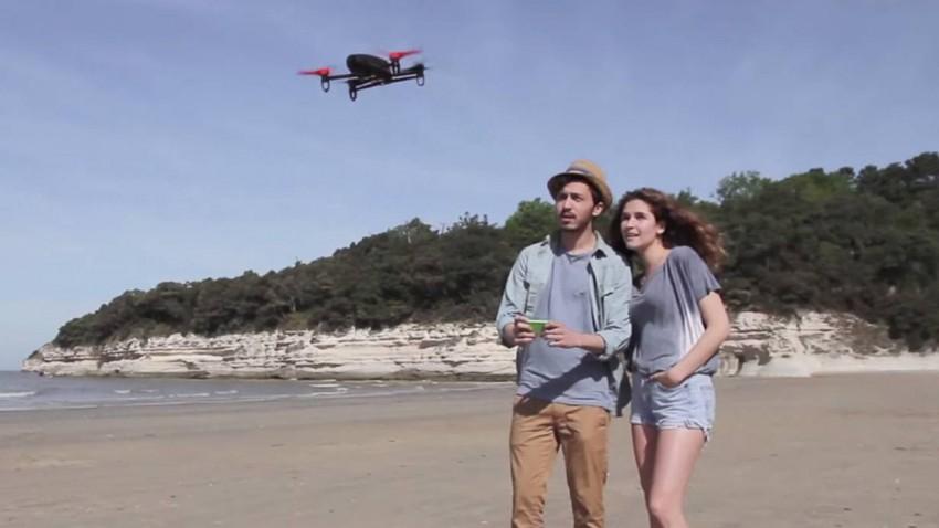 """Noch herrscht bei dem Pärchen Begeisterung über den """"Parrot"""" - bis sie ihn verlässt und die Drohne nachts in ihre Wohnung kommt."""