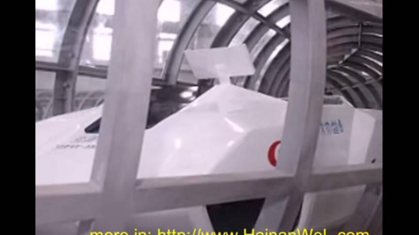 Die Super Maglev fährt in einem luftdichten Tunnel.