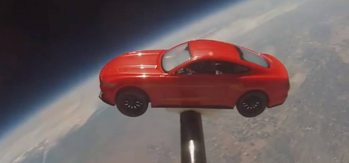 Ein ford Mustang im weltall