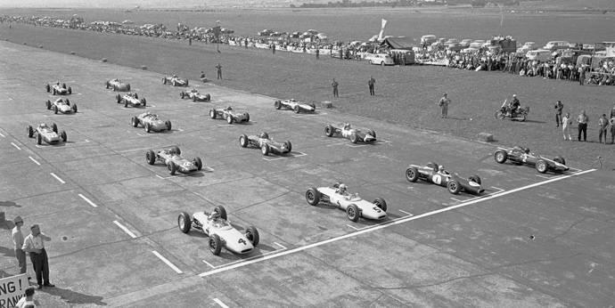 Der Italiener Lorenzo Bandini (m.) während der Siegerehrung nach seinem Sieg des ersten Grand Prix von Österreich in Zeltweg 1964.