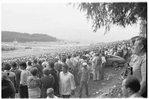 Zahlreiche Zuschauer am Österreichring bei Zeltweg, am 16. August 1970. Vor rund 100.000 Zuschauern gibt es durch Jacky Ickx vor Clay Regazzoni beim 8. GP von Österreich einen Ferrari-Doppelsieg. Jochen Rindt scheidet aus, begeisterte Fans reißen die Zäune nieder.