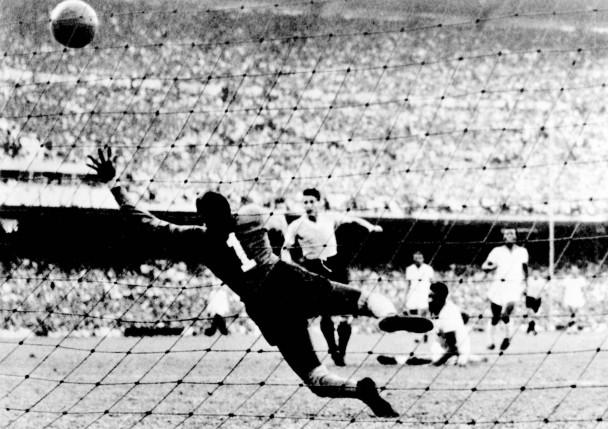 Bild: Der Ausgleichstreffer zum 1:1 im WM-Finale 1950 durch Uruguay-Stürmer Juan Alberto Schiaffin / © STAFF/AFP/Getty Images