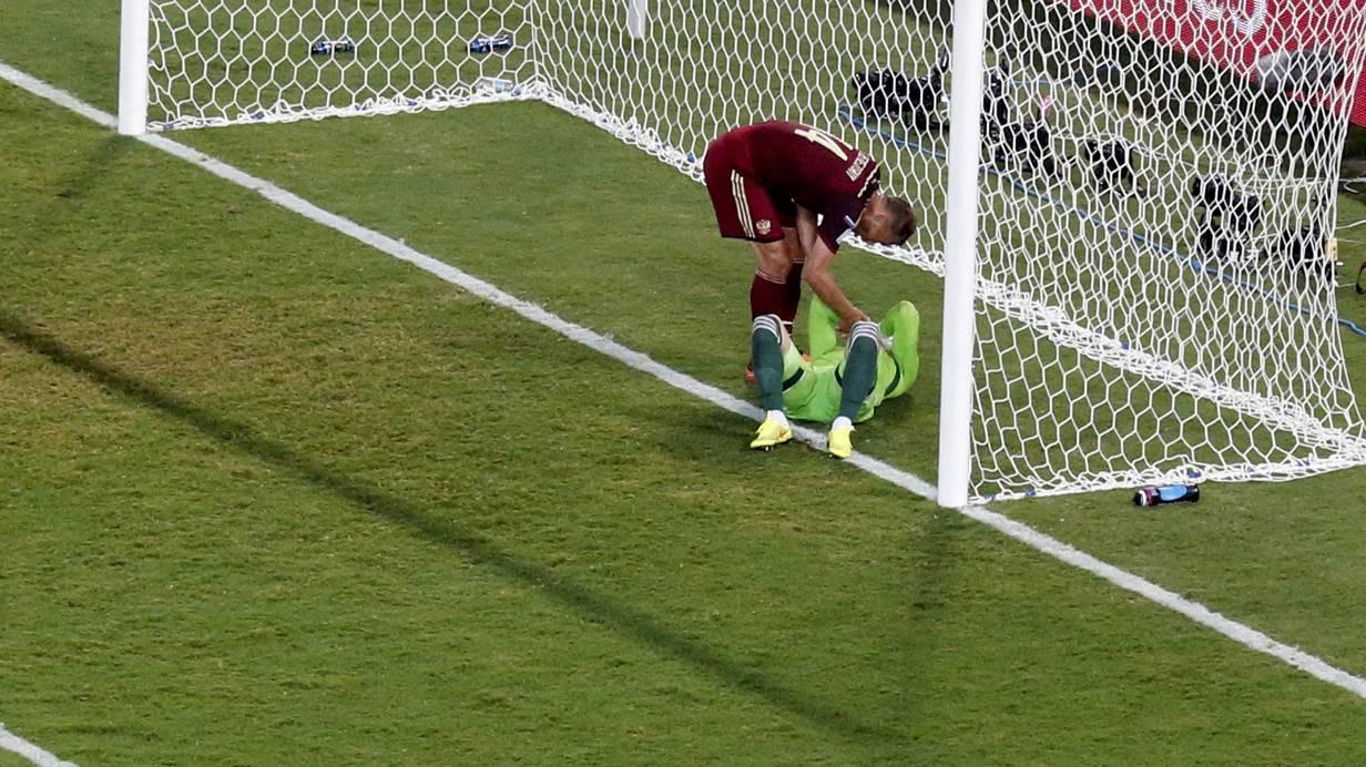 Untröstlich: Igor Akinfeev. Spieler Vasili Berezutskiy rät ihm wahrscheinlich zur Flucht. REUTERS/David Gray