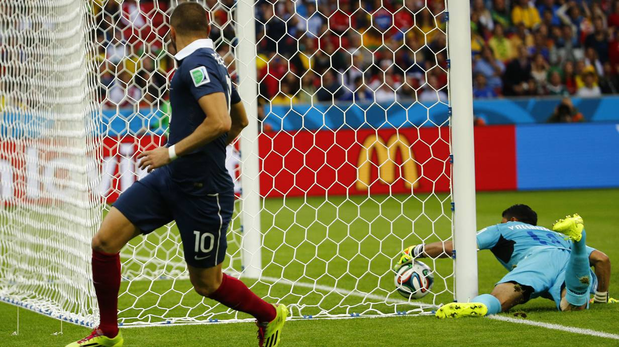 """Über der Linie oder nicht? Die Kamera sagt """"ja"""". Und die ist angeblich der einzige unbestechliche Mitarbeiter der FIFA. REUTERS/Damir Sagolj"""