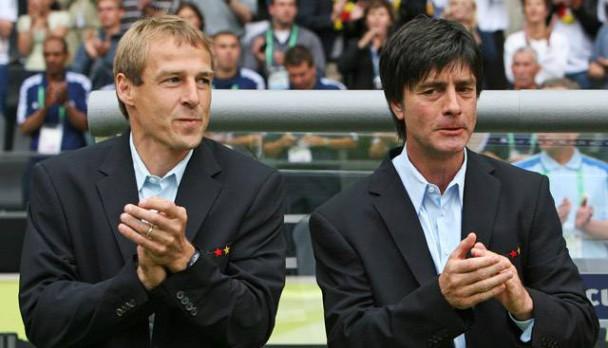 """Jürgen Klinsmann (li) und Joachim """"Jogi"""" Löw 2006 / Bild: © STR New / Reuters"""