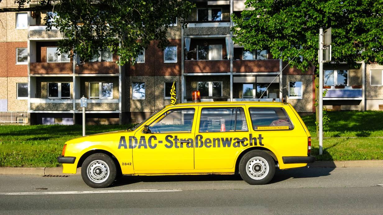 Zweimal Fensterglas. Kadett D Caravan vor DDR-Platte.