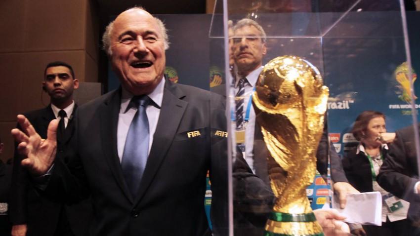 Sepp Blatter vor einer Vitrine mit dem WM-Pokal. Als Symbol dafür, wie durchsichtig und gläsern die Vergabe läuft. REUTERS/Paulo Whitaker