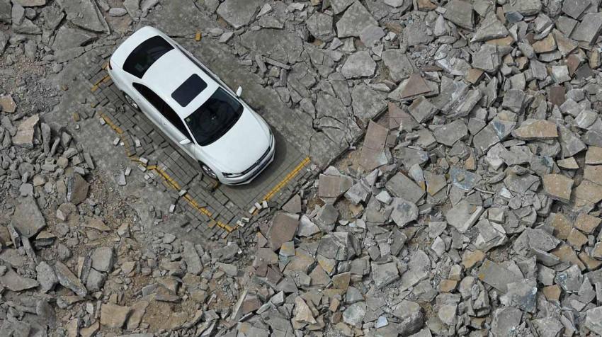 9. Sich im Schrägparkplatz so knapp an das rechte Nebenauto stellen, dass man in dieses kaum noch einsteigen kann