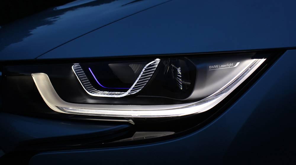 Mit der Präsentation des weltersten Laserlichts ging BMW haarscharf (=wenige Tage) vor Audi über die Ziellinie. Das braucht uns aber nicht allzu sehr kümmern, denn der ganz große Alltagsnutzen der neuen Technologie dürfte – ganz im Gegensatz zum adaptiven LED-Licht – begrenzt sein.