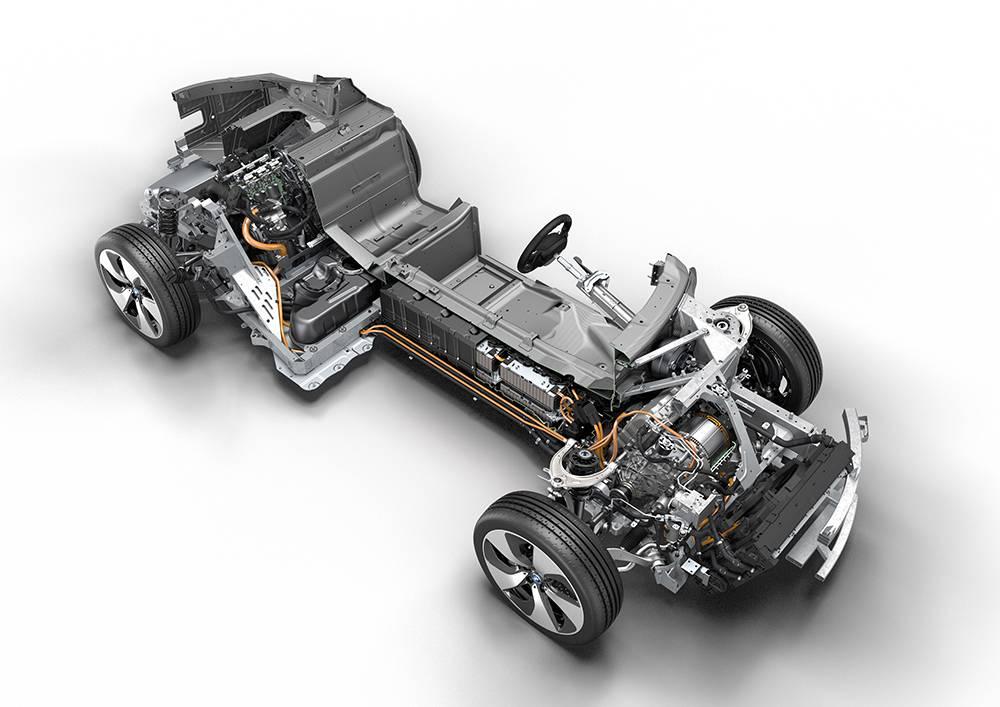 Trotz Kohlefaser-Monocoque und Dreizylinder ist der i8 noch immer schwerer als ein Porsche 911 – dabei schaffen die Batterien nur maximal 37 km Reichweite.
