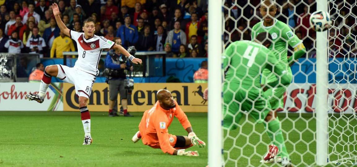 Özil trifft gegen Algerien zum 2 zu 0.