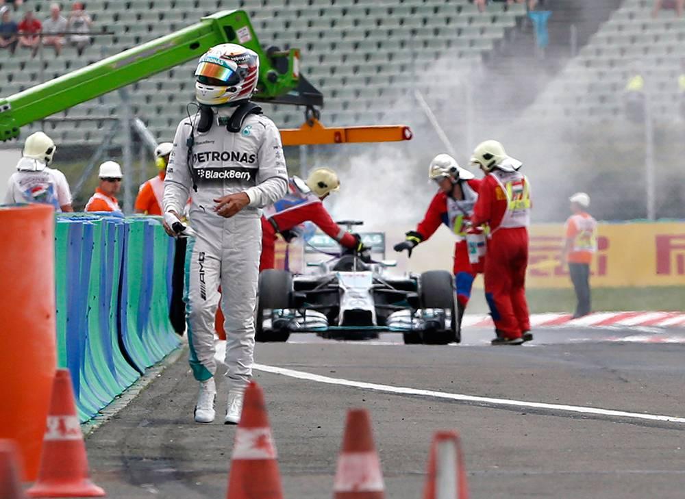 Hamilton brachte den brennenden Mercedes noch zu Streckenposten mit Feuerlöschern. © REUTERS/Darko Bandic/Pool