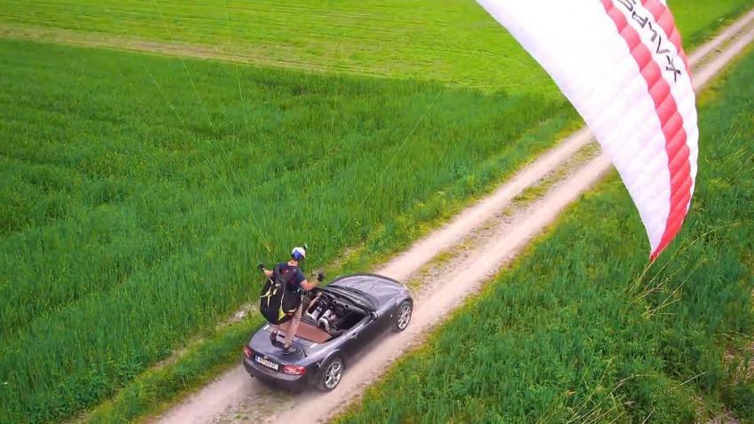 Mit dem Paraglider in einem fahrenden Mazda MX-5 landen