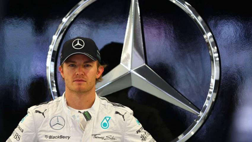 Nico Rosberg steht vor einem Mercedes-Logo